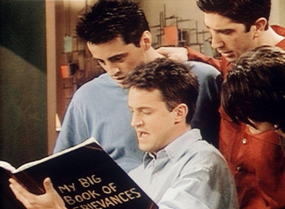 (v.l.n.r.) Der ständig schlecht gelaunte Mr. Heckles ist gestorben. Gebannt lesen Joey (Matt LeBlanc), Chandler (Matthey Perry), Ross (David Schwim... - Bildquelle: TM+  2000 WARNER BROS.
