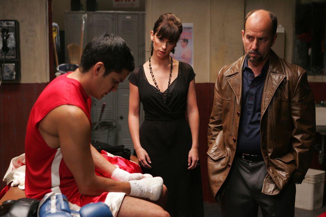 Melinda (Jennifer Love Hewitt, M.) versucht zwischen Teo (Nicholas Gonzales, l.) und seinem Vater (Julio Oscar Mechoso, r.) zu vermitteln ... - Bildquelle: ABC Studios