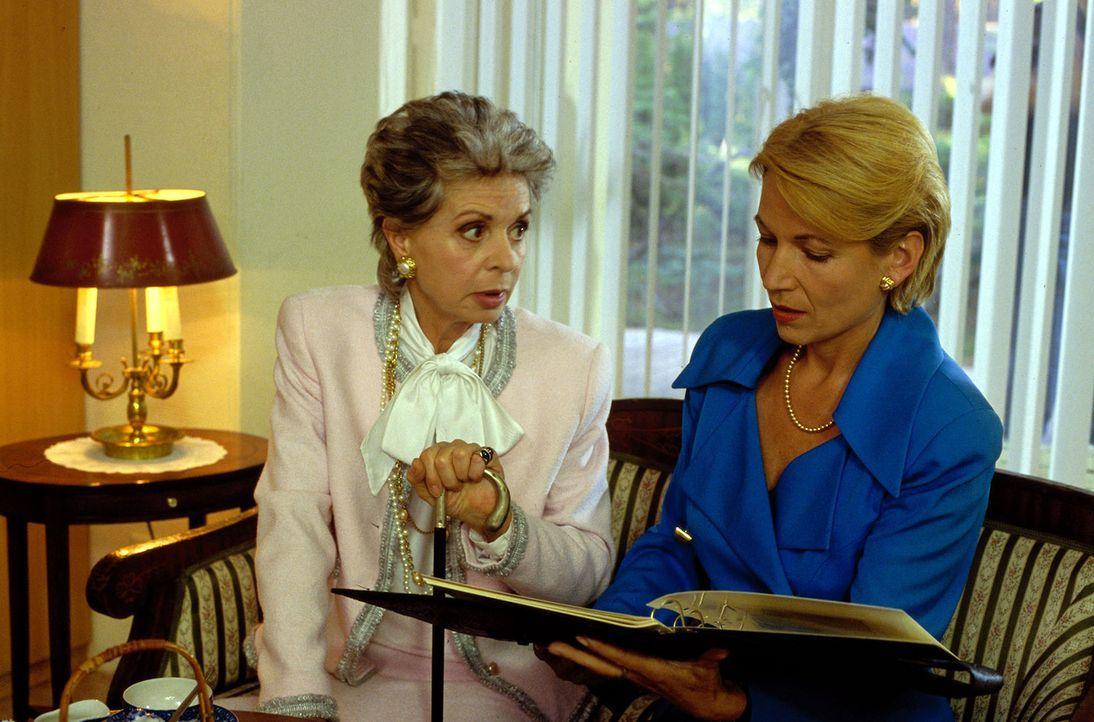 Frau von Schilling (Karin Eickelbaum, l.) möchte ihr Haus an Frau Aubitz (Angela Neumann, r.) verkaufen. Während des Gesprächs ahnt sie jedoch, dass... - Bildquelle: Norbert Kuhroeber Sat.1