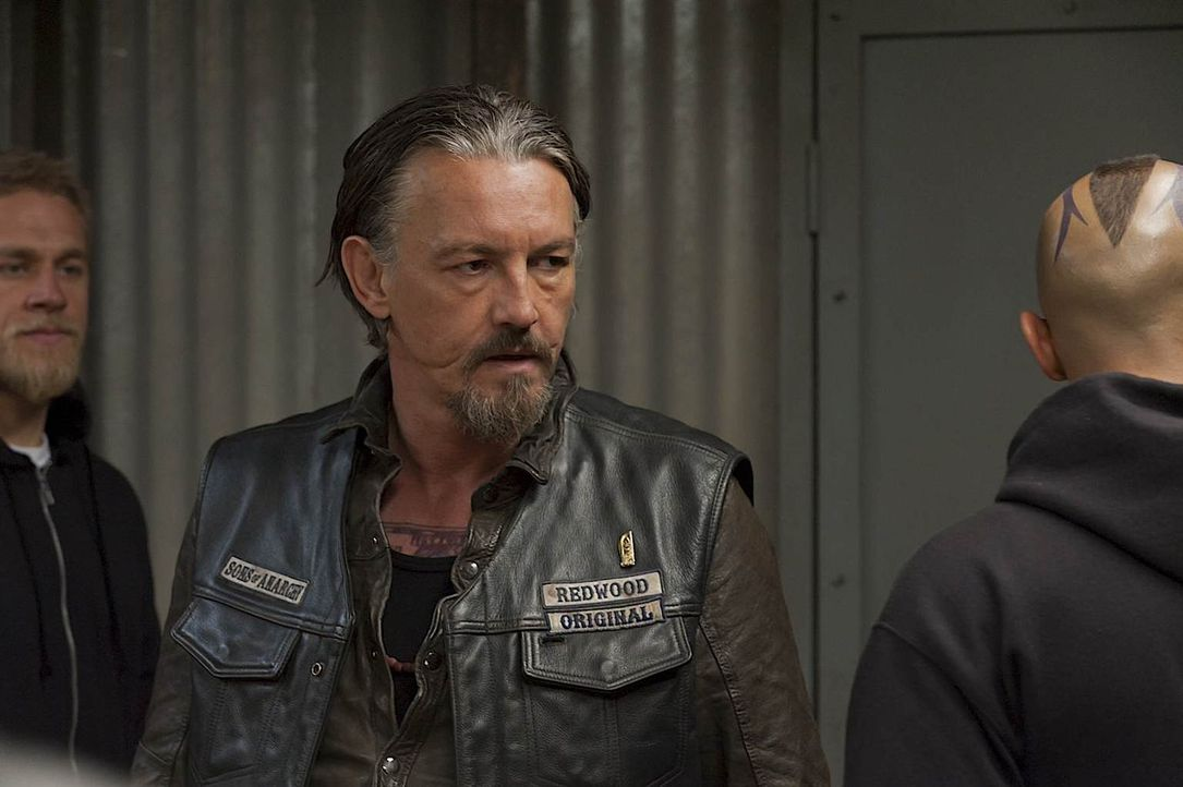 Ahnen Jax (Charlie Hunnam, l.) und Chibs (Tommy Flanagan, M.), was Juice (Theo Rossi, r.) getan hat? - Bildquelle: 2011 Twentieth Century Fox Film Corporation and Bluebush Productions, LLC. All rights reserved.