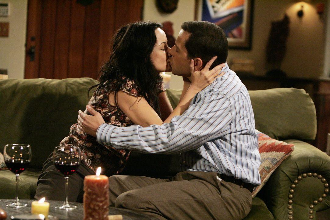 Alan Harper (Jon Cryer, r.) und Sharon (Janeane Garofalo, l.) kommen sich näher ... - Bildquelle: Warner Brothers Entertainment Inc.