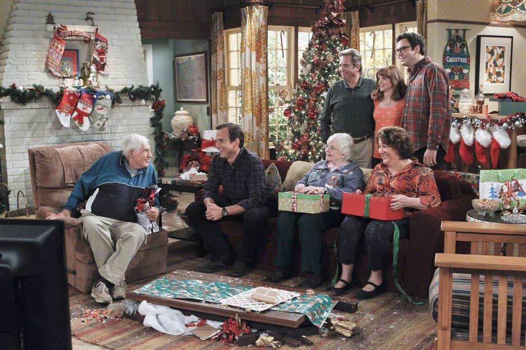 Carol (Margo Martindale, vorne r.) ist an den Feiertagen schwer damit beschäftigt, die gestörte Beziehung zu ihren Eltern Bud (Jerry Van Dyke, l.) u... - Bildquelle: 2013 CBS Broadcasting, Inc. All Rights Reserved.