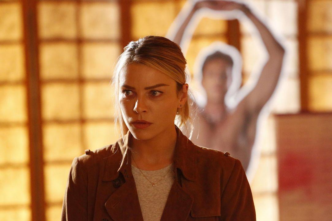 Eigentlich sollte sich Chloe (Lauren German) mit dem neuen Fall beschäftigen, doch die enge Zusammenarbeit von Lucifer und Ella lässt sie einfach ni... - Bildquelle: 2016 Warner Brothers