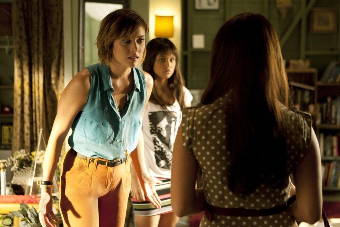 Sie sollte sich besser nicht in Erins Streit mit Leila (Summer Bishil, M.) einmischen: Erin (Jessica Stroup, l.) weist Adrianna (Jessica Lowndes, r.... - Bildquelle: TM &   2011 CBS Studios Inc. All Rights Reserved.