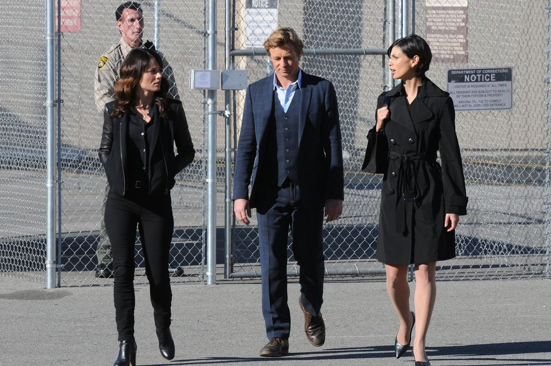 Versuchen, einen Mordfall aufzuklären: Teresa (Robin Tunney, l.), Patrick (Simon Baker, M.) und Erica Flynn (Morena Baccarin, r.) ... - Bildquelle: Warner Bros. Television