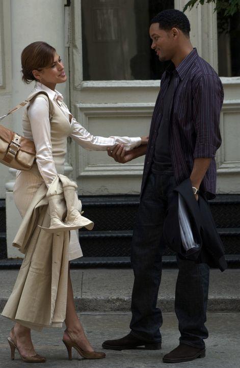 Der ultimative Profi-Junggeselle Hitch (Will Smith, r.) verliebt sich Hals über Kopf ausgerechnet in die Frau (Eva Mendes, l.), der die große Stor... - Bildquelle: Sony Pictures Television International. All Rights Reserved.