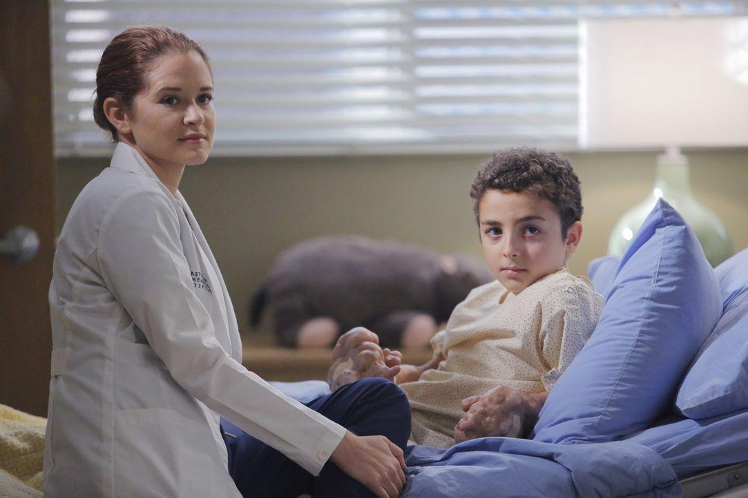 April (Sarah Drew, l.) hat einen Jungen aus Jordanien nach Seattle geholt: Kamals (Elisha Henig, r.) Hände sind von Tumoren deformiert, und Jackson... - Bildquelle: Tony Rivetti ABC Studios