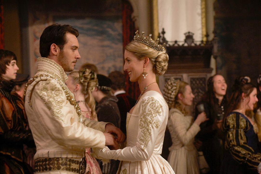 Kurz nachdem Henry VIII. (Jonathan Rhys Meyers, l.) seine zweite Ehefrau Anne Boleyn exekutieren hat lassen, schreitet er erneut mit seiner dritten... - Bildquelle: 2009 TM Productions Limited/PA Tudors Inc. An Ireland-Canada Co-Production. All Rights Reserved.