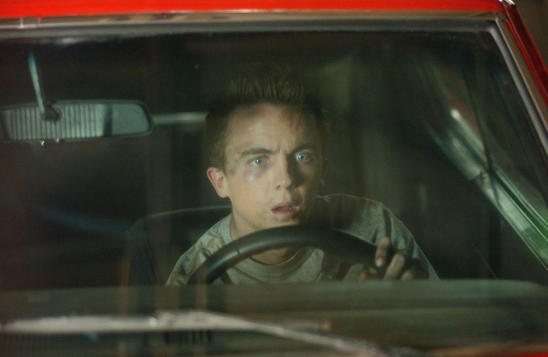 Malcolm (Frankie Muniz) kauft sich ein neues Auto, welches ihm jedoch nur Ärger einbringt, er kann sich jedoch nicht von ihm trennen und setzt sogar... - Bildquelle: TM &   2005 - 2006 Twentieth Century Fox Film Corporation and Regency Entertainment (USA), Inc.