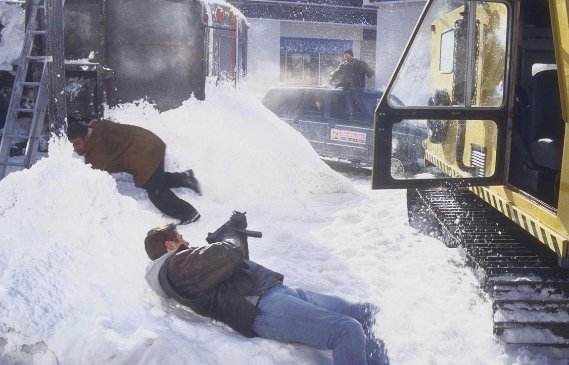 Die Eishölle fordert erbarmlos den totalen Kampf: Robert Drake (Grant Show, vorne) ... - Bildquelle: Trimark Pictures