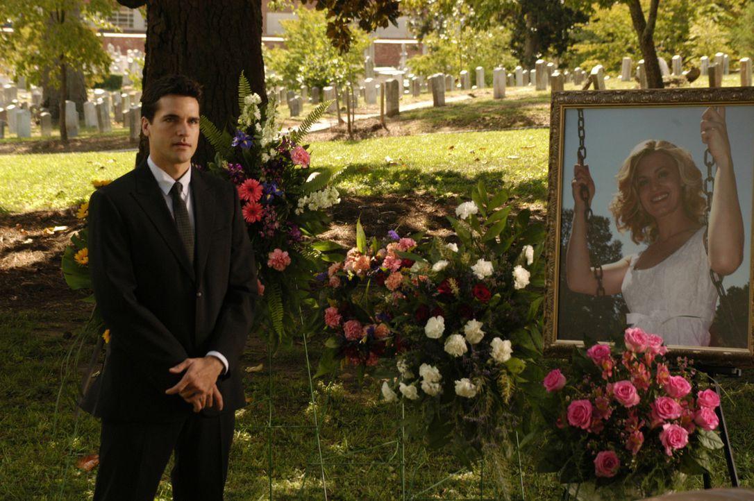 Grayson (Jackson Hurst, l.) nimmt Abschied von seiner Freundin Deb (Brooke D'Orsay, r.) und ahnt nicht, dass sie in einem anderen Körper wieder auf... - Bildquelle: 2009 Sony Pictures Television Inc. All Rights Reserved.