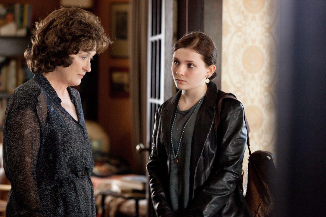 Immer wieder beteuert Violet (Meryl Streep, l.), dass sie gerne öfter ihre Enkelin Jean (Abigail Breslin, r.) sehen würde. Doch so richtig warm werd... - Bildquelle: Claire Folger TOBIS FILM