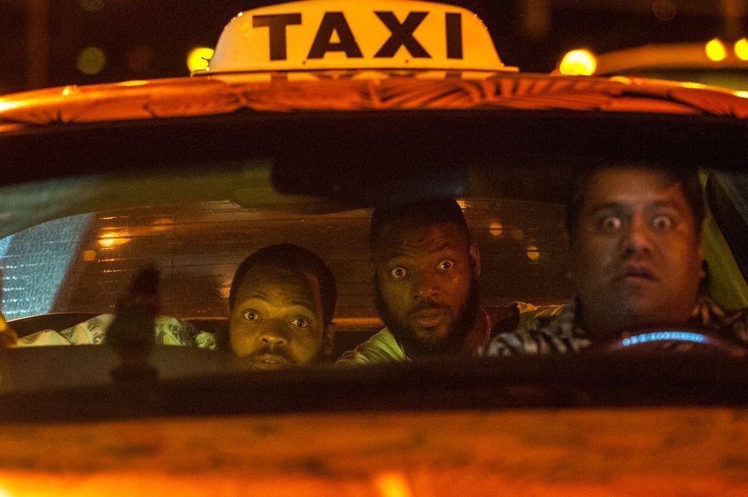 Taxifahrer Kale (Hanale Ka'anapu, r.) und die beiden US-amerikanischen American-Football-Spieler Michael (Michael Bennett, l.) und Martellus Bennett... - Bildquelle: Norman Shapiro 2016 CBS Broadcasting, Inc. All Rights Reserved