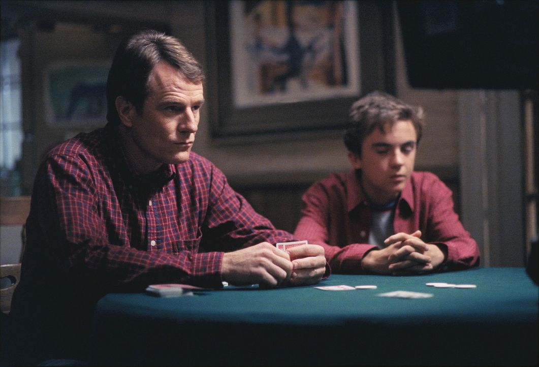 Hal (Bryan Cranston, l.) und Malcolm (Frankie Muniz, r.) sehen beim Pokern ziemlich alt aus. - Bildquelle: TM +   2000 Twentieth Century Fox Film Corporation. All Rights Reserved.