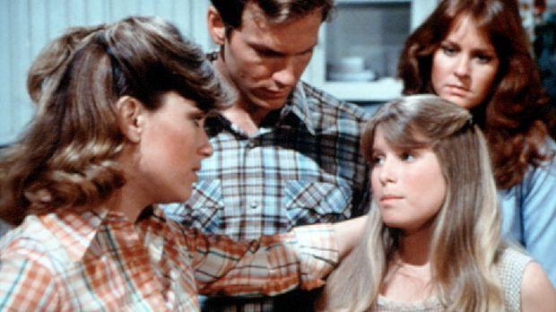 Mary Ellen (Judy Northon-Taylor, l.) hat die kleine Sissie (Debbie Lytton, vo...