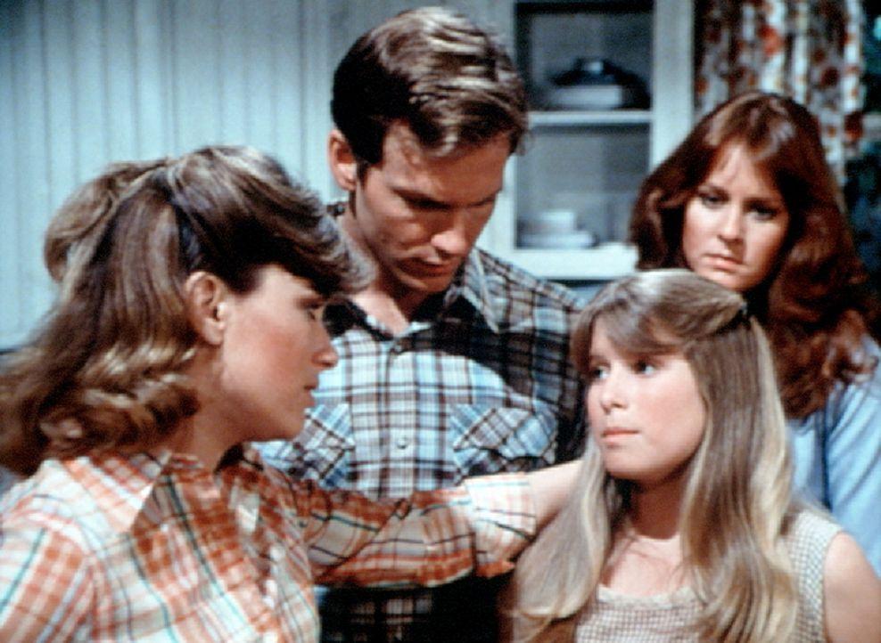 Mary Ellen (Judy Northon-Taylor, l.) hat die kleine Sissie (Debbie Lytton, vorne r.) ins Haus gebracht. Zusammen mit John Boy (Robert Wightman, M.) und Erin (Mary Beth McDonough) kümmert sie sich um das Mädchen.
