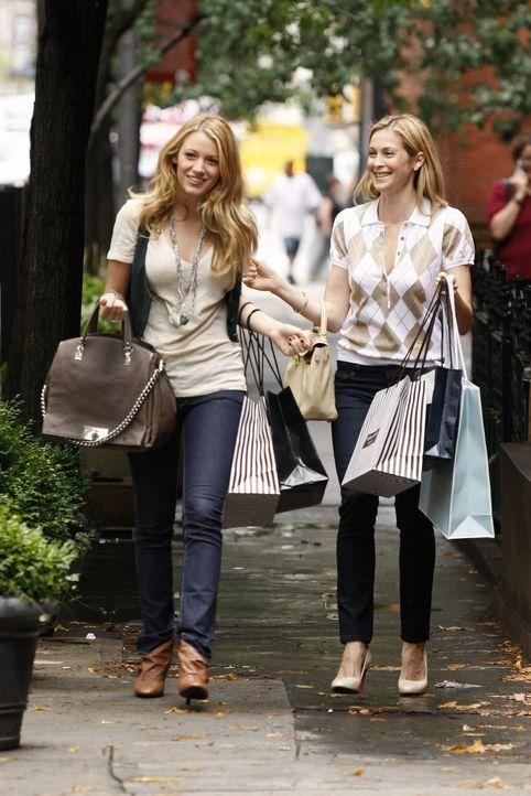 Gemeinsamer Einkaufbummel: Serena (Blake Lively, l.) und Lily (Kelly Rutherford, r.) ... - Bildquelle: Warner Brothers