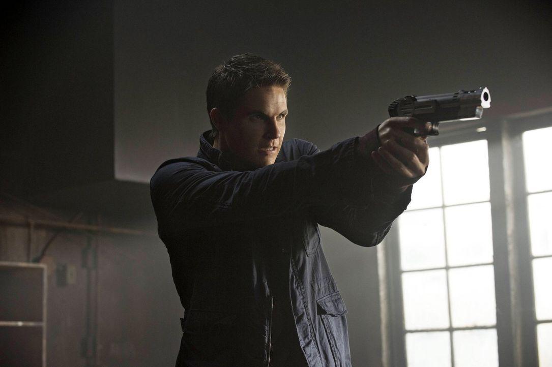 Lässt sich nicht davon abhalten, dass er nicht töten kann: Stephen (Robbie Amell) ... - Bildquelle: Warner Bros. Entertainment, Inc