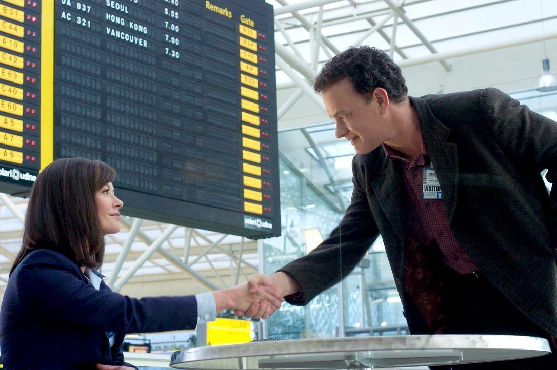 Gestrandet auf dem internationalen Flughafen JFK, mit einem Pass von Nirgendwo, ist es Viktor (Tom Hanks, r.) nun nicht mehr gestattet, in die Verei... - Bildquelle: Merrick Morton DreamWorks Distribution LLC