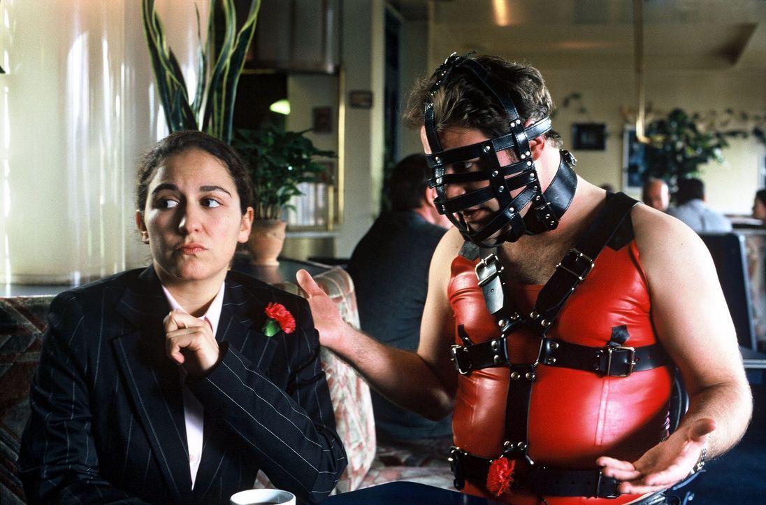 """Für das erste Date ist wohl einer der beiden (Shirin Soraya, l., Mirco Reseg, r.) etwas """"overdressed"""". So etwas ist kein guter Anfang ... - Bildquelle: Sat.1"""