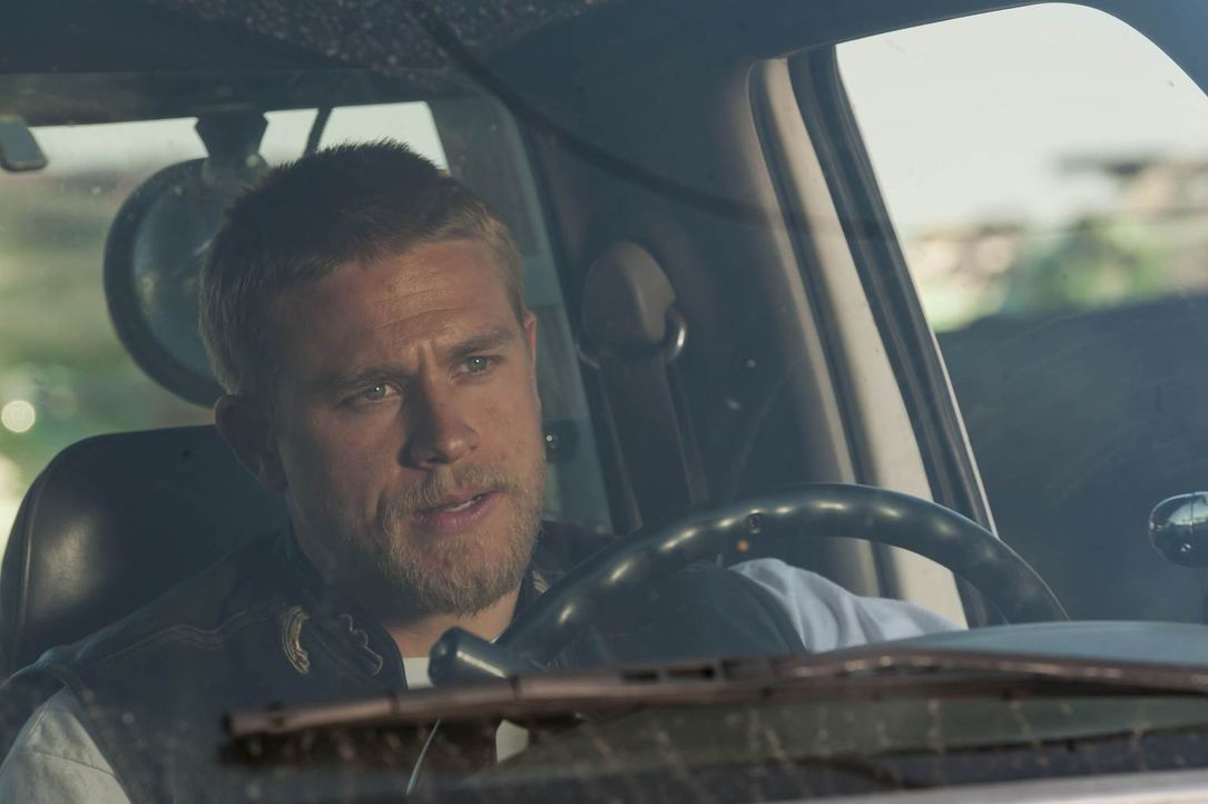 Jax (Charlie Hunnam) fordert etwas von Clay, das er nicht gerne gibt ... - Bildquelle: 2011 Twentieth Century Fox Film Corporation and Bluebush Productions, LLC. All rights reserved.