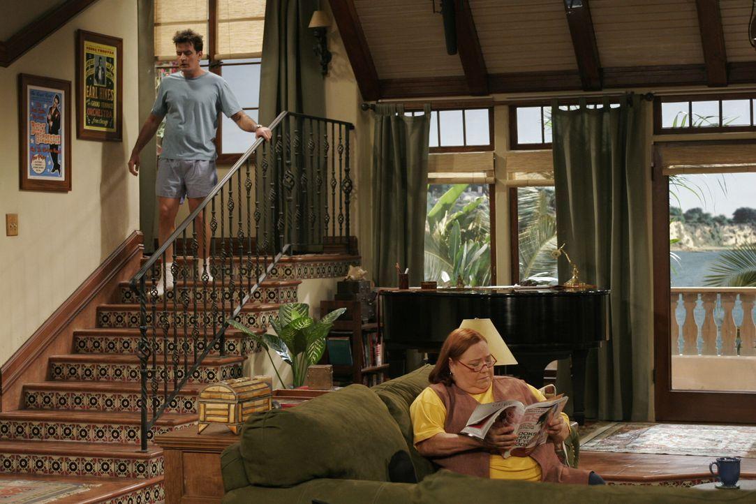 Berta (Conchata Ferrell, r.) hat es auf Alans Zimmer abgesehen und erhofft sich, dass Charlie (Charlie Sheen, l.) sie als Haushälterin mit Wohnung i... - Bildquelle: Warner Brothers Entertainment Inc.