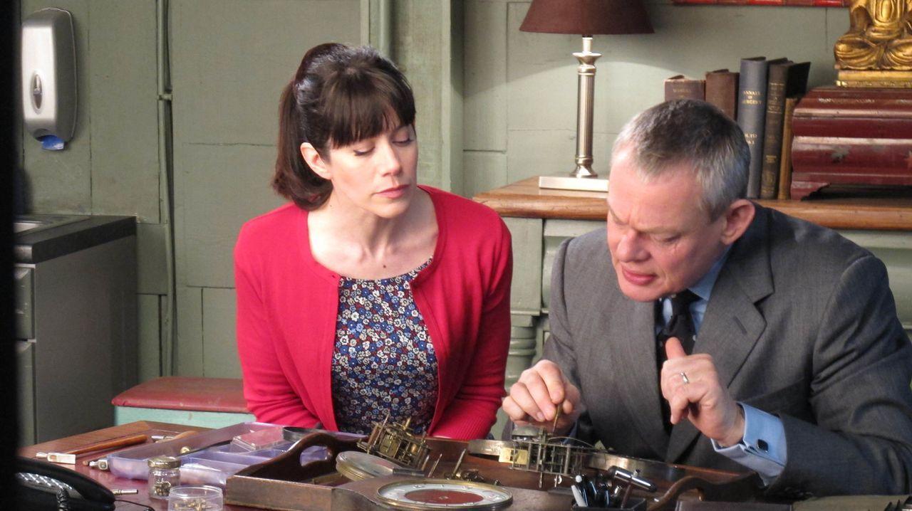 Haben ihren ersten Streit als Frischvermählte, ausgerechnet in dem Moment, in dem ihre Dinnergäste Dennis und Karen Dodds eintreffen: Doc Martin (Ma... - Bildquelle: BUFFALO PICTURES/ITV