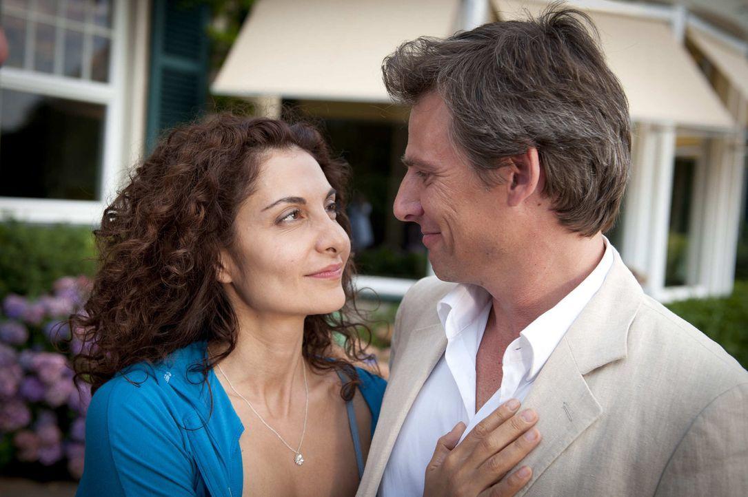Im Gegensatz zu Mick scheint Tanjas (Proschat Madani, l.) langjähriger Freund Niklas Hold (René Steinke, r.) immer mit ihr auf einer Wellenlänge... - Bildquelle: SAT.1