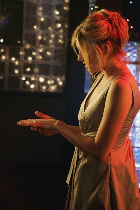 Glücklich betrachtet Elliot (Sarah Chalke) ihren Verlobungsring ... - Bildquelle: Touchstone Television