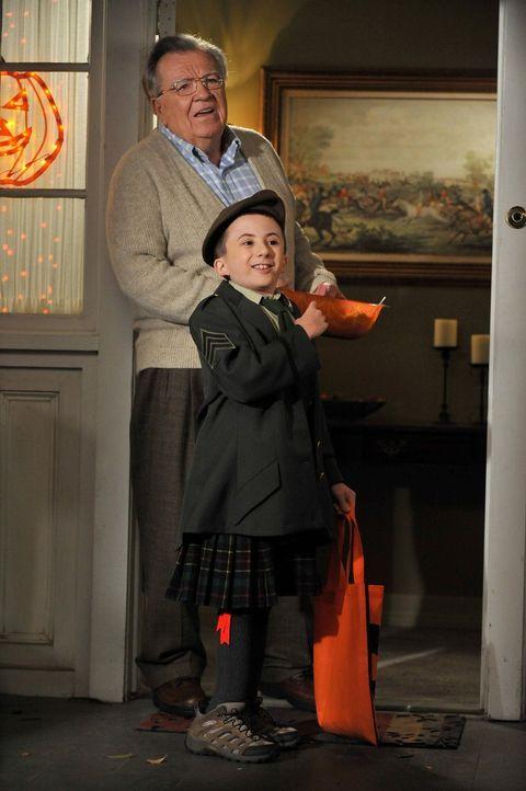 Niemand weiß so recht, was Bricks (Atticus Shaffer, vorne) Kostüm darstellen soll. Der arme M. Johnson (Terrence Beasor, hinten) ist etwas mit der S... - Bildquelle: Warner Brothers