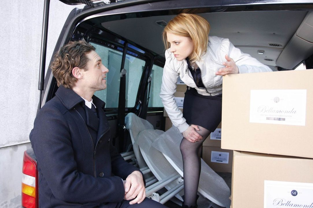 Janas (Ronja Peters, r.) und Tonis (Ron Holzschuh, l.) Rededuelle führen zu einem Unfall ... - Bildquelle: SAT.1