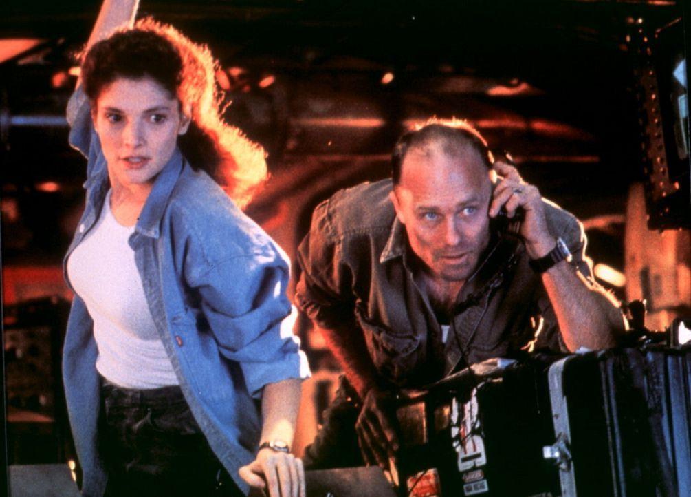 Gemeinsam mit seiner Frau Lindsey (Mary Elizabeth Mastrantonio, l.) versucht Bud (Ed Harris, r.), mit einer tauchfähigen Bohrinsel ein versunkenes... - Bildquelle: 20th Century Fox