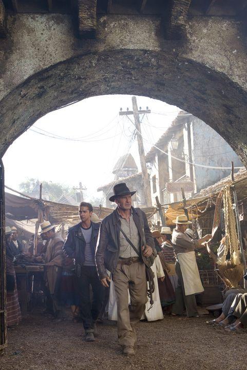 Indiana Jones (Harrison Ford, r.) und Mutt (Shia LaBeouf, l.) versuchen, den von der Russin Irina Spalko entführten Professor Ox zu retten und das... - Bildquelle: David James Lucasfilm Ltd. & TM. All Rights Reserved