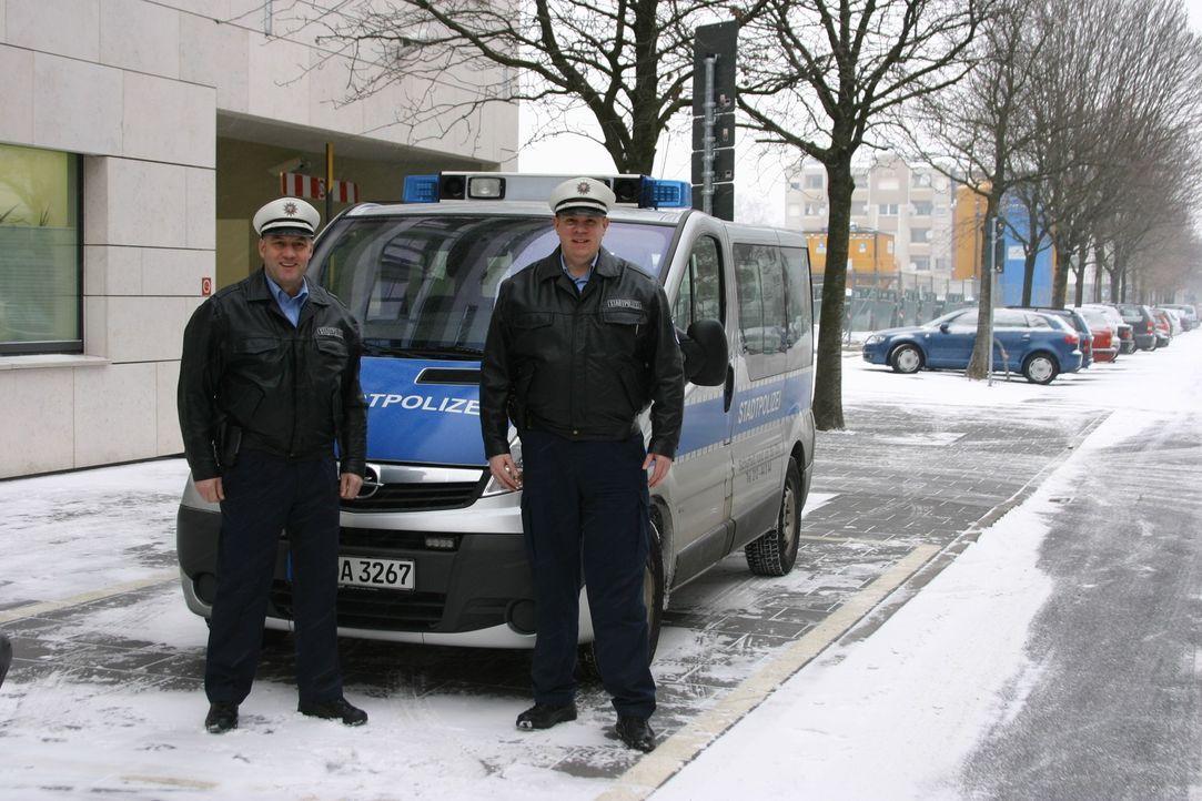 In Frankfurt am Main werden Drogen auf offener Straße konsumiert. Ein hartes Pflaster für die Stadtpolizisten Christian Pysch (r.) und Manuel Seyf... - Bildquelle: kabel eins