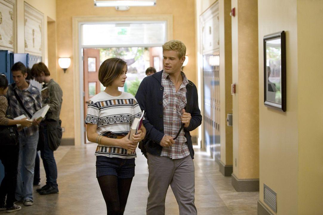 Vielleicht haben Silver (Jessica Stroup, l.) und Teddy (Trevor Donovan, r.) doch mehr Gemeinsamkeiten als gedacht.... - Bildquelle: TM &   CBS Studios Inc. All Rights Reserved