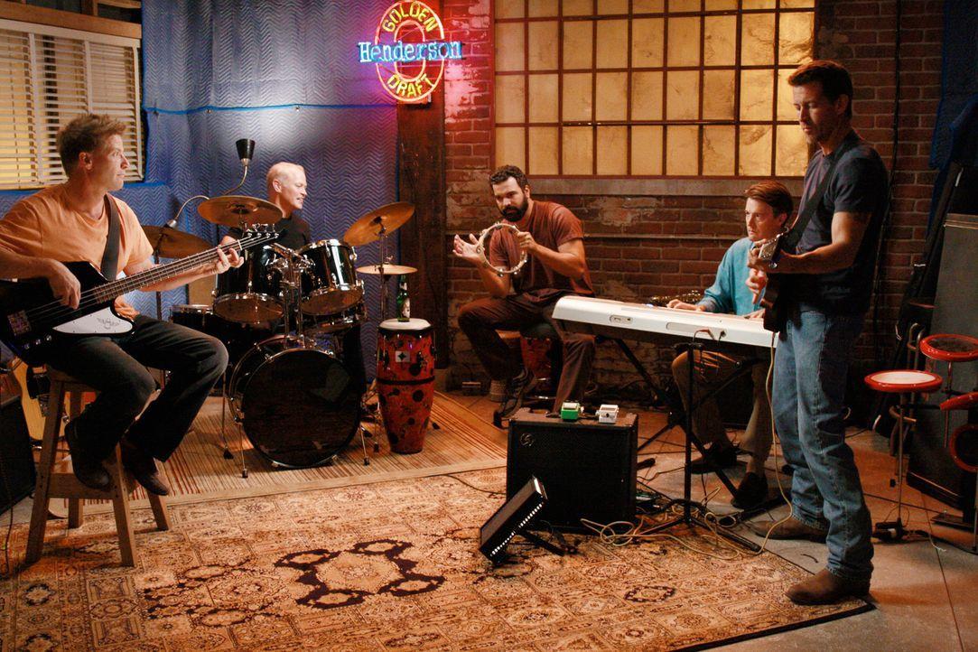 Mit Hilfe der Mutter eines Schulkameraden von Porter mietet Tom einen Übungsraum für die Band, wo sie ungestört proben können: Tom (Doug Savant, l.)... - Bildquelle: ABC Studios