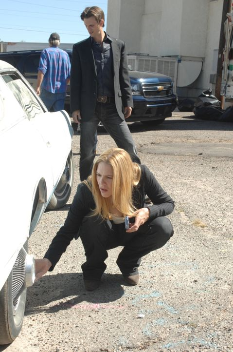 Inspector Mary Shannon (Mary McCormack, vorne) und Inspector Marshall Mann (Fred Weller, hinten) arbeiten an einem neuen Fall. - Bildquelle: Richard Foreman USA Network