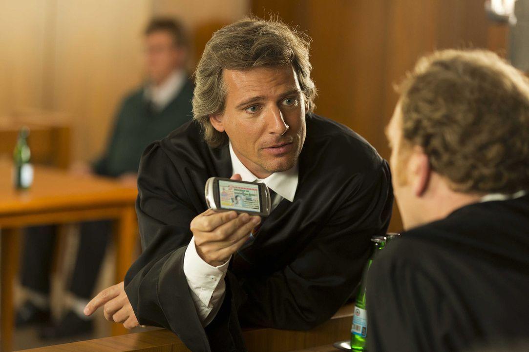 Während Danni vor Gericht gegen Staatsanwalt August von Grün (René Steinke) antreten muss, Hat Kurt die Faxen dicke und fordert 100 prozentige Mi... - Bildquelle: Frank Dicks SAT.1