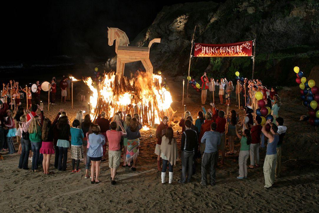 Die Strandparty mit einem großen Freudenfeuer ist in vollem Gange ... - Bildquelle: Warner Bros. Television
