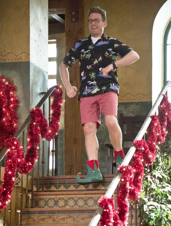 Für Eric (Barrett Foa) kann das Weihnachtsfest kommen ... - Bildquelle: Neil Jacobs 2015 CBS Broadcasting, Inc. All Rights Reserved.