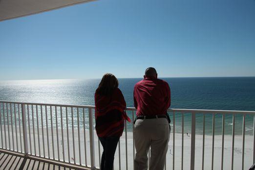 Rasha (l.) und ihr Bruder (r.) suchen nach einer Immobilie am Strand von Oran...