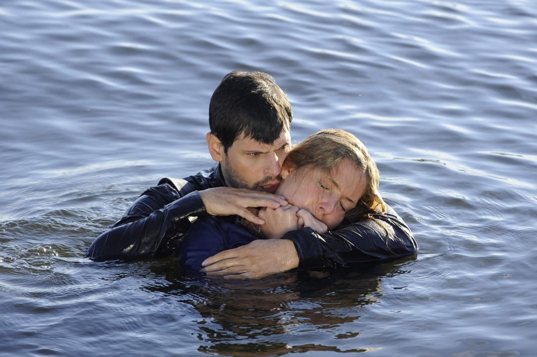 Gerade noch rechtzeitig hat Luca (Manuel Cortez, l.) Nina (Maria Wedig, r.) aus dem Wasser gerettet - doch hat sie alles unbeschadet überstanden? - Bildquelle: SAT.1