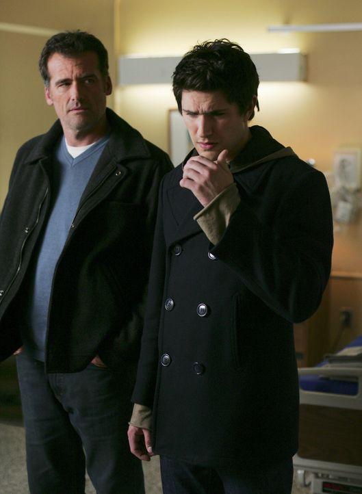 Nur wenige Minuten ist er im Krankenhaus, und schon empfängt Kyle (Matt Dallas, r.) eine Nachricht, die ausgerechnet von dem im Koma liegenden Vate... - Bildquelle: TOUCHSTONE TELEVISION