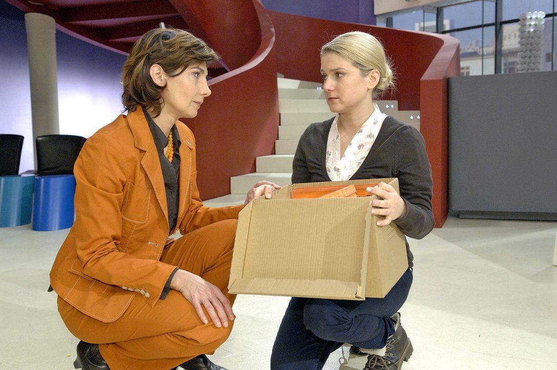 Nach ihrer Niederlage fühlt Anna sich als Verliererin. v.l.n.r.: Steffi (Karin Kienzer), Anna (Jeanette Biedermann) - Bildquelle: Claudius Pflug Sat.1