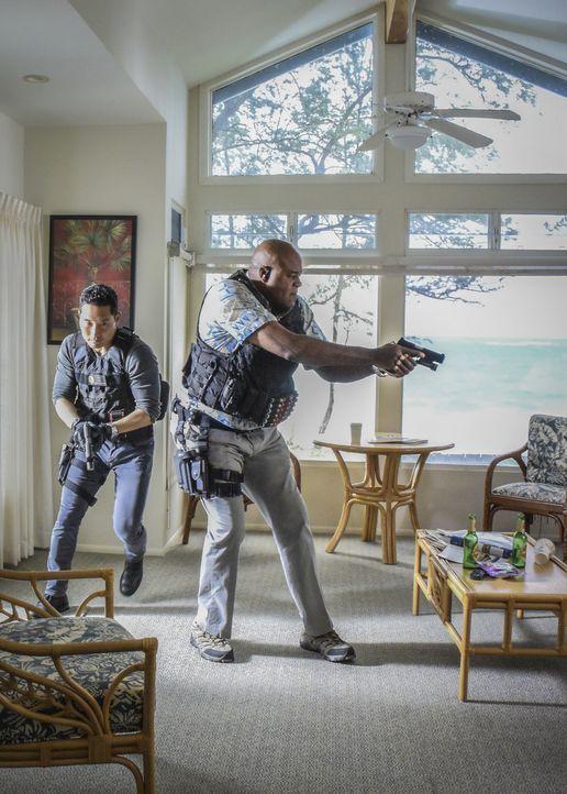 Ermitteln in einem neuen Fall, der mit einem Menschenhändler zu tun hat: Chin (Daniel Dae Kim, l.) und Grover (Chi McBride, r.) ... - Bildquelle: Norman Shapiro 2016 CBS Broadcasting, Inc. All Rights Reserved