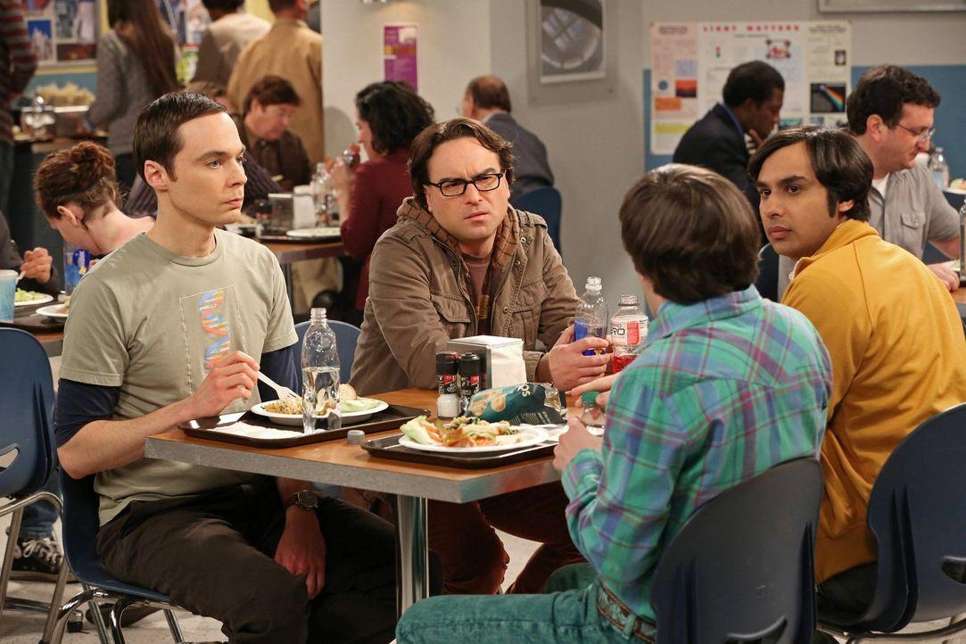 Während Leonard (Johnny Galecki, 2.v.l.), Sheldon (Jim Parsons, l.) und Raj (Kunal Nayyar, r.) um eine unbefristete Stelle an der Universität kämpfe... - Bildquelle: Warner Bros. Television