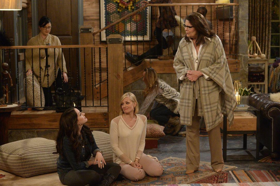 Hat Caroline (Beth Behrs, 2.v.l.) Elaine (Mo Gaffney, r.) als ihre neue beste Freundin auserkoren, nachdem Max (Kat Dennings, l.) sich jetzt scheinb... - Bildquelle: 2015 Warner Brothers
