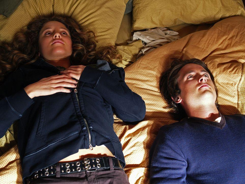 Annie (Margarita Levieva, l.) hat keine Ahnung, dass die Seele des toten Nick (Canuck Justin Chatwin, r.) sie jeden Tag begleitet ... - Bildquelle: Hollywood Pictures & Spyglass Entertainment.  All rights reserved