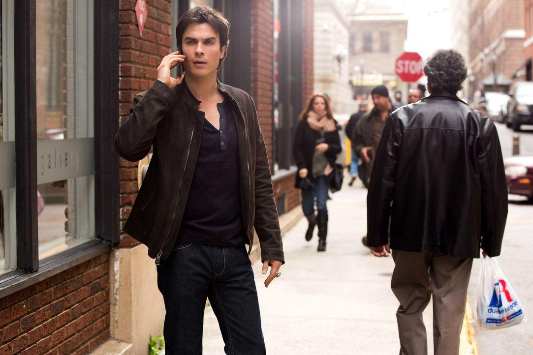 Eigentlich hatte Damon (Ian Somerhalder, l.) gehofft, dass der Aufenthalt in New York Elenas Verhalten ändern könnte ... - Bildquelle: Warner Brothers
