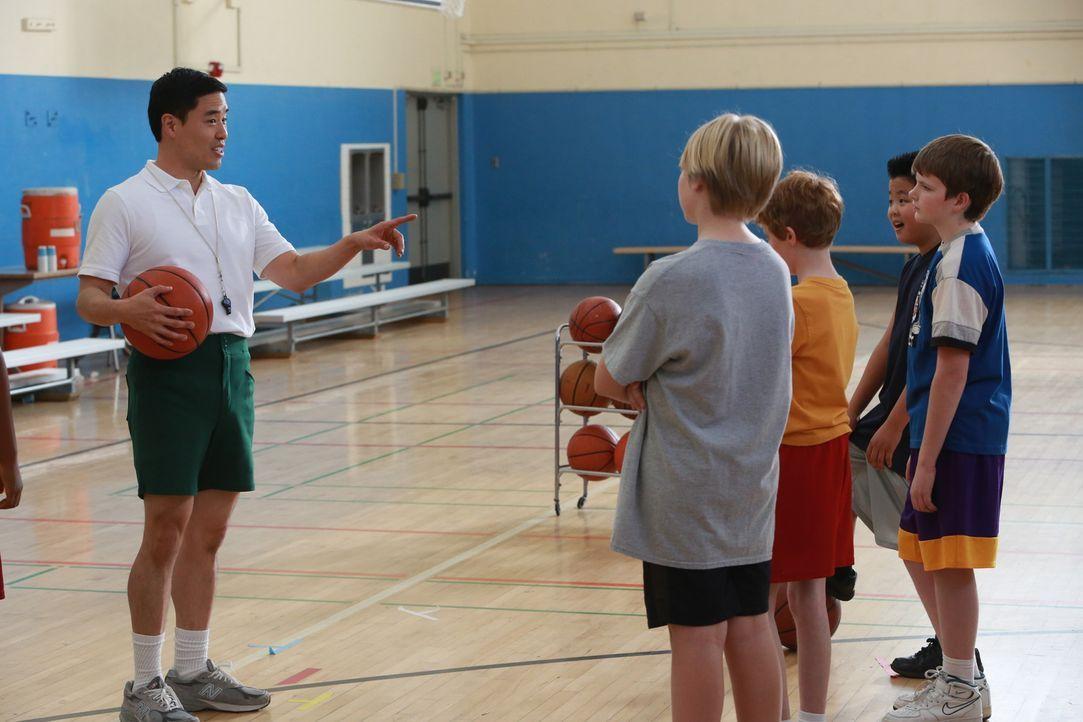 Nach Budgetkürzungen an der Schule wird Louis (Randall Park, l.) dazu verpflichtet, das Basketballteam von Eddie (Hudson Yang, 2.v.r.) zu coachen. D... - Bildquelle: 2015 American Broadcasting Companies. All rights reserved.